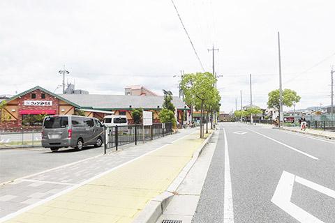 左手にコメダ珈琲伊丹昆陽店。昆陽泉町交差点突き当たりを左折します